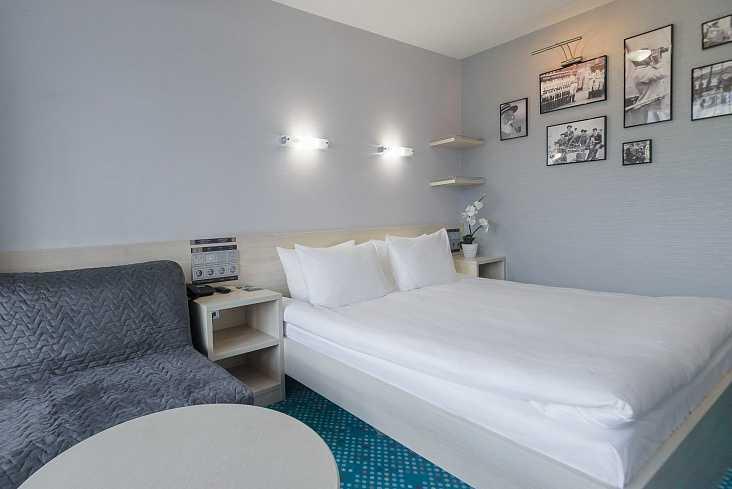Стандарт улучшенный с большой кроватью и креслом в Отель Yalta Intourist