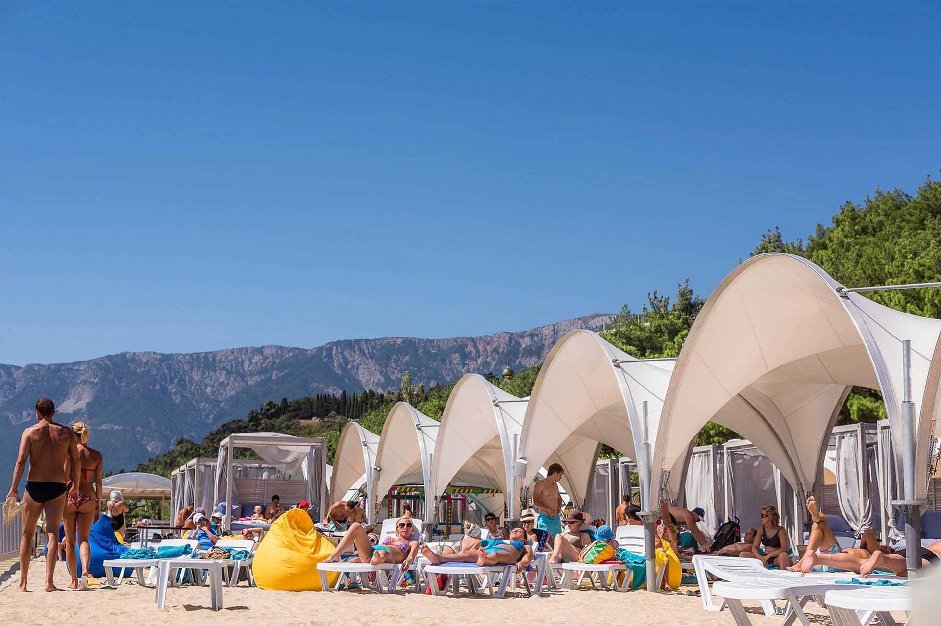 Море и пляж в Отель Yalta Intourist
