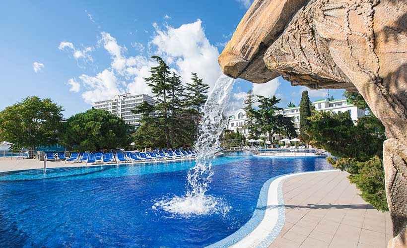 Бассейн возле моря в Riviera Sunrise Resort&SPА