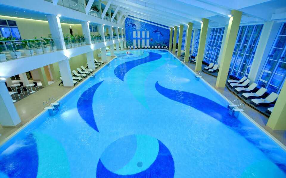 Крытый бассейн в Парк-отель LES Art Resort