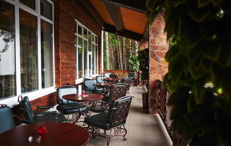 Лобби-бар с летней верандой в Яхонты Таруса